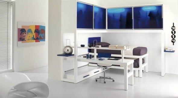 minimalistische Einrichtung des Kinderzimmers in weiß mit Etagenbett und beleuchteten blauen Wandschränken