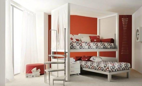 minimalistische Einrichtung des Kinderzimmers in weiß und rot mit Etagenbettgestell