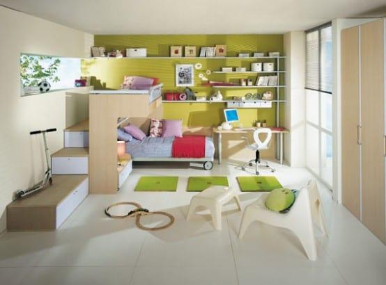 minimalistisches Kinderzimmer aus Holz mit Rollbett und Treppe zum Hochbett