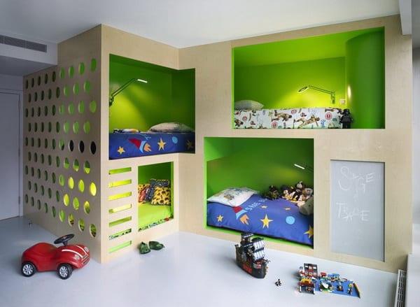minimalistisches Kinderzimmer mit Bettnischen in grün
