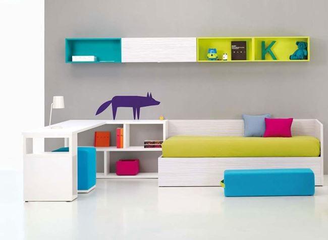 frische minimalistische Kinderzimmer Einrichtung mit sofa und Wandschränke