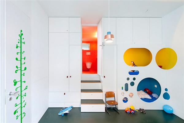 modulare minimalistische Einrichtung des Kinderzimmers mit Treppe zum Badezimmer