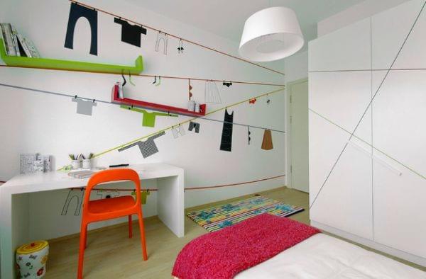 Wandgestaltung eines minimalistischen Kinderzimmers mit schrägen Buchregalen