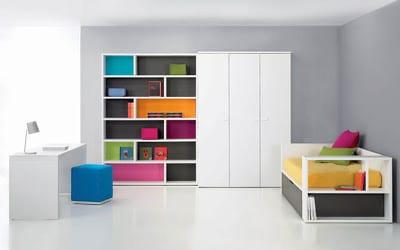 minimalistische Einrichtung des Kinderzimmers mit buntem Wandschrank