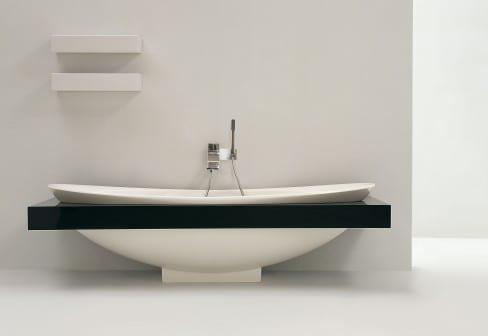 minimalistische Badeinrichtung mit Keramik-Badewanne mit schwarzem Rahmen