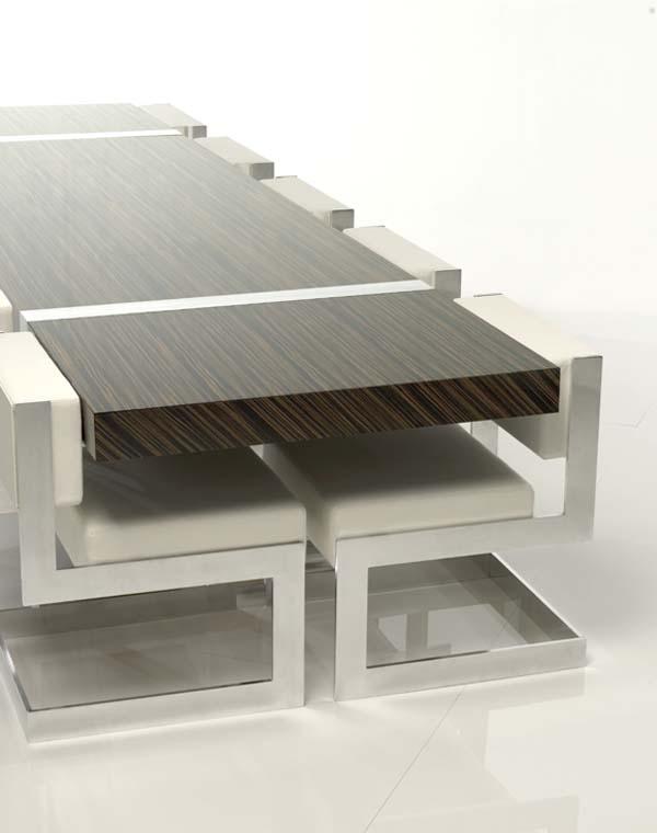 minimalistischer Esstisch aus Holz und Stühle mit Alurahmen