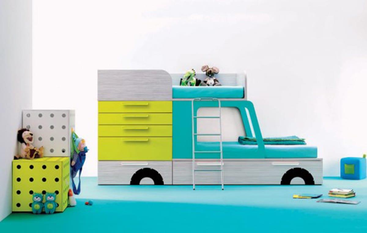 minimalistisches Kinderbett inszeniert Auto