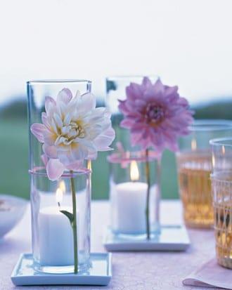 Kerzendekoration mit frischen Blumen mit gummiring auf Glas befestigt