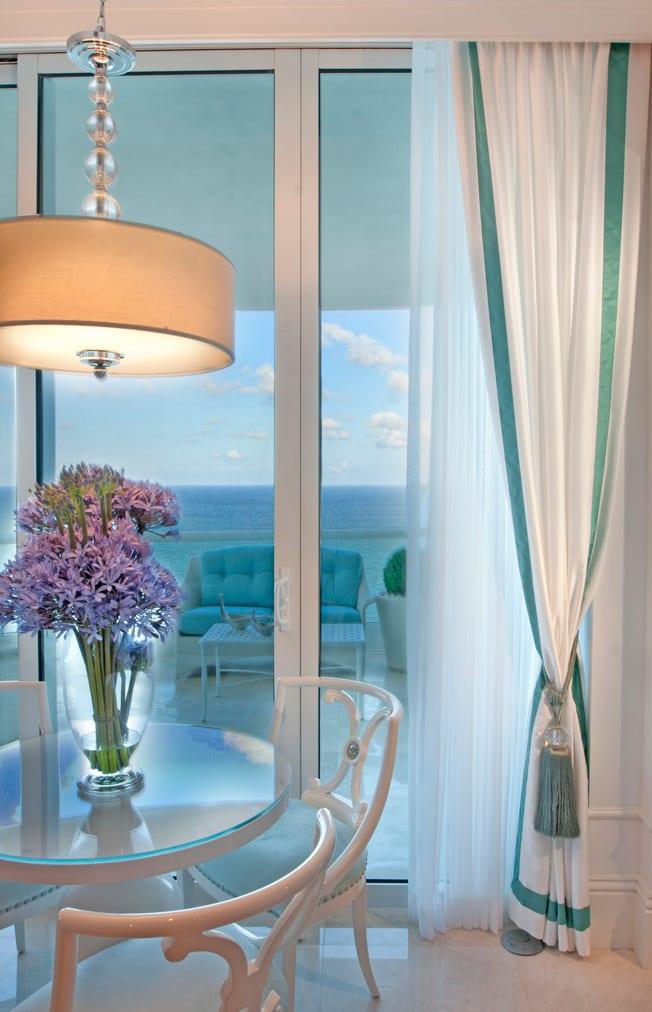 helle Kücheeinrichtung mit rundem Tisch und Stühlen in weiß