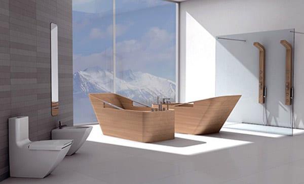 moderne Einrichtung fürs Bad mit zwei Duschen und freistehenden Holz-Badewannen
