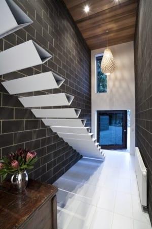 elegante weiße Innentreppe aus dreieckig gefalteten Stahlstufen