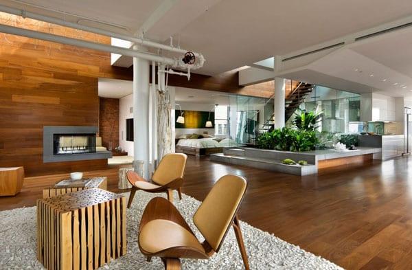moderne Innenraum Einrichtung in Holz und Wassergarten