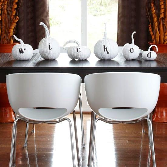 moderne schlichte Halloween Tischdeko mit weißen Kürbissen