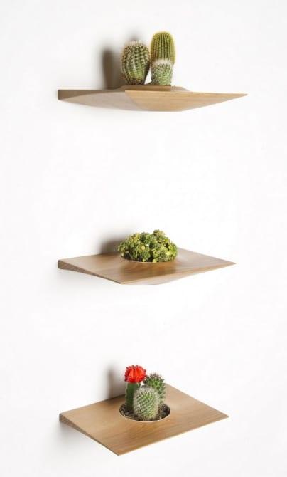 Wanddekoration mit Pflanzbehältern aus Holz