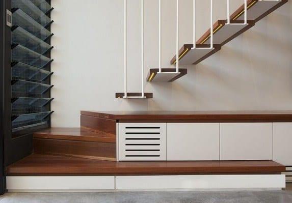 hängende innenraumtreppe mit holzstufen und weißer metallkonstruktion