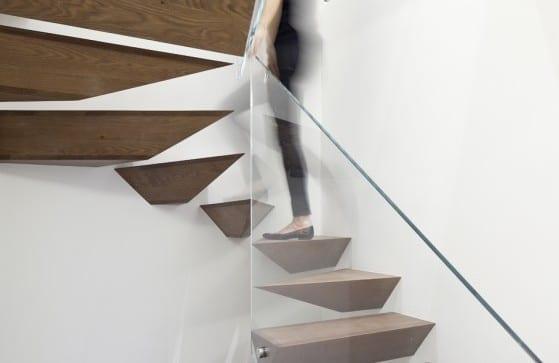 kreatibve Innenraumtreppe mit auskragenden Holzstufen