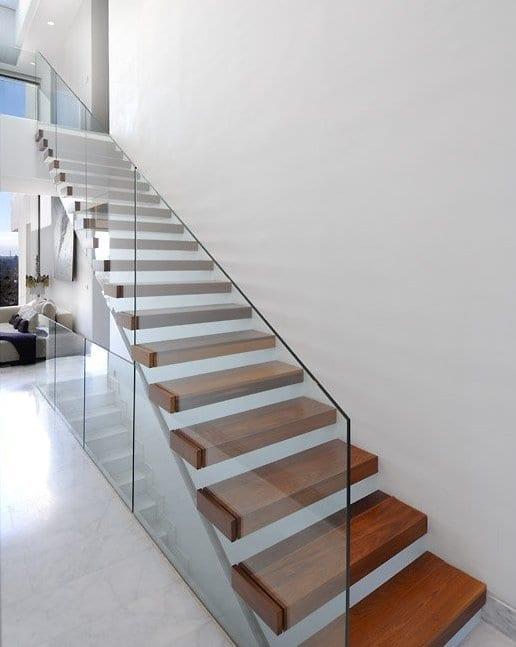 Holztreppe design mit Glasgeländer