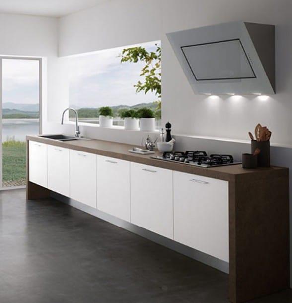 moderne-küchein-weiß-und-holz-mit-schräg-eingebautem-aspirator