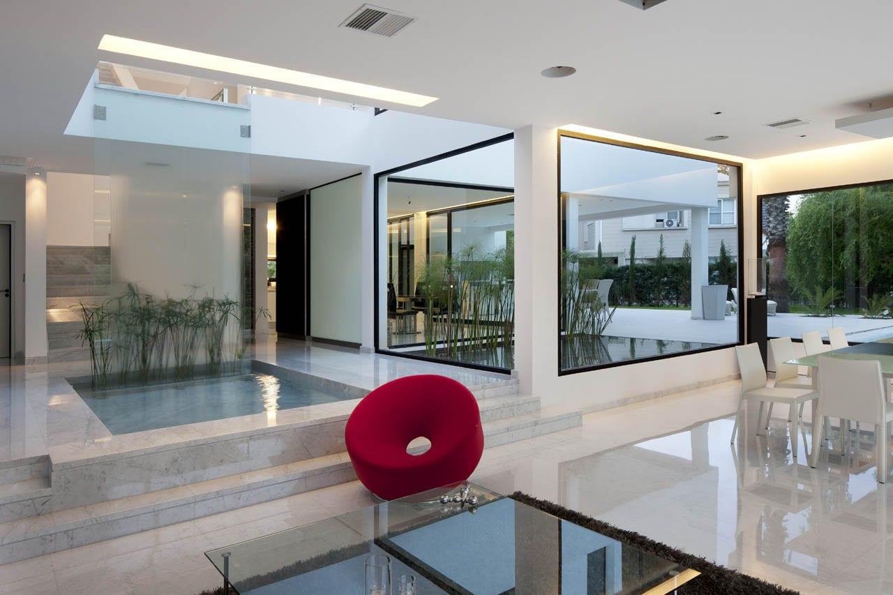 minimalistische Innenraum einrichtung mit Wasser