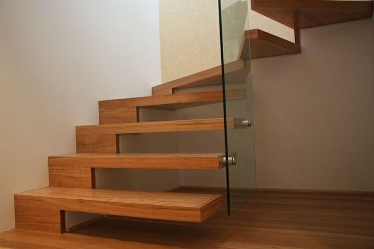 moderne innenraumtreppe mit auskragenden Holzstufen