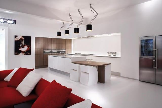 minimalistische-küche-in-weiß-mit-eingebauten-geräten-in-holzwand
