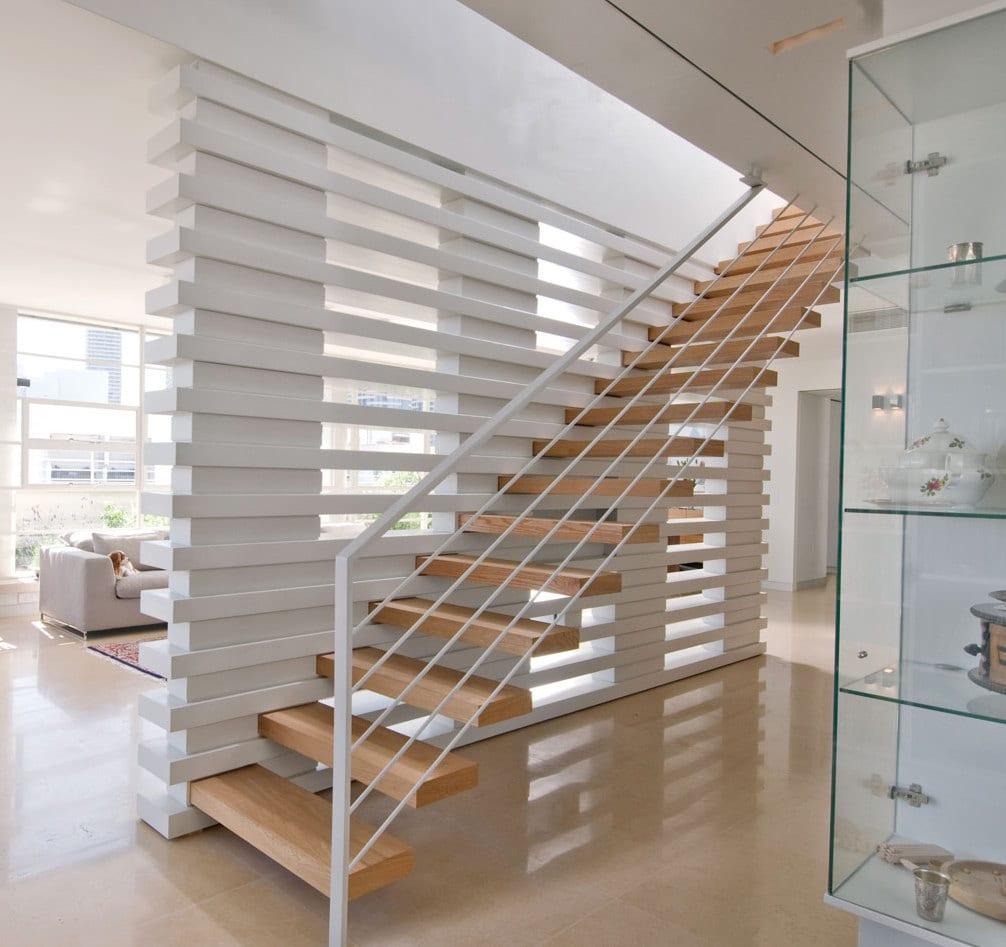 Innenraumtreppe weiß mit auskragenden holzstufen