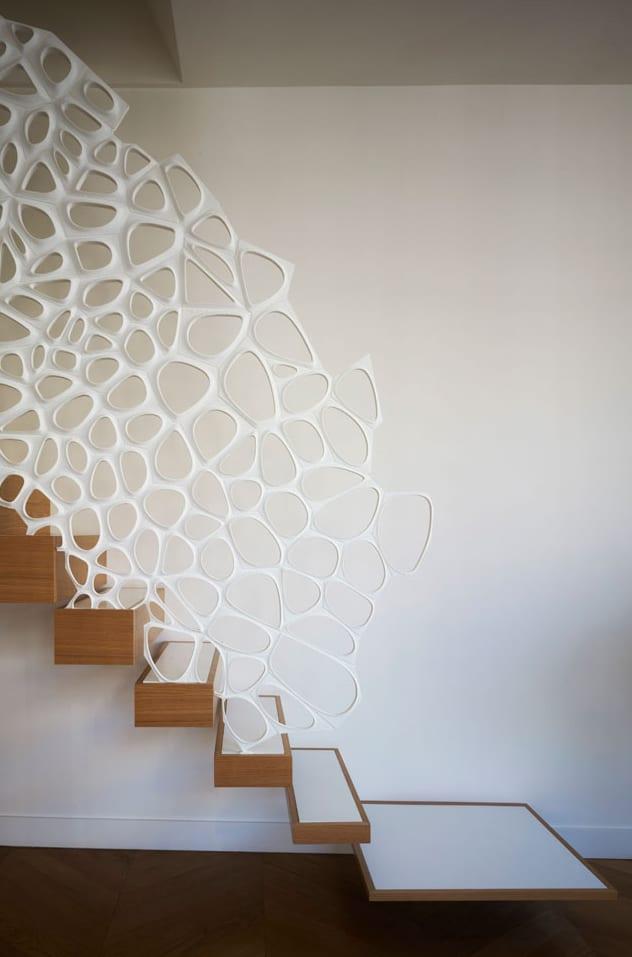 luxus interior design mit kreativer und moderner Holz-Innentreppe