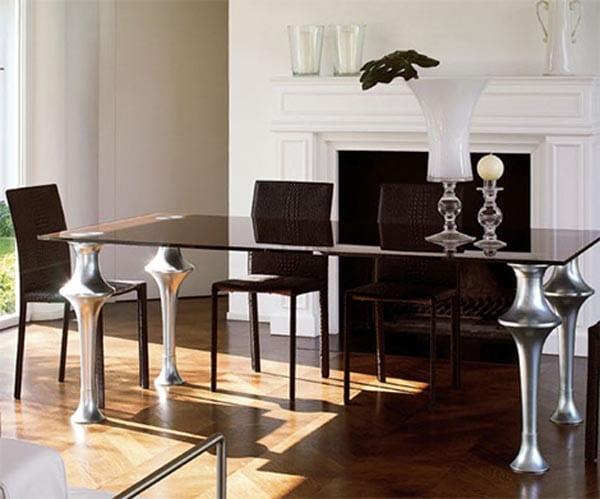 moderner Esstisch aus Glas mit silbernen Füßen