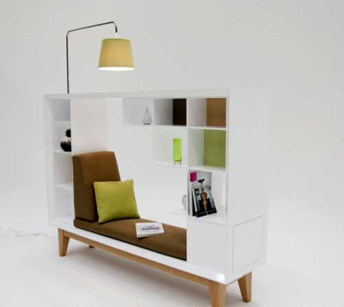 funktionelles Bücherregal in weiß mit Sofa