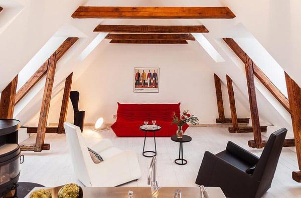 Loft Einrichtung in weiß mit rotem Sofa