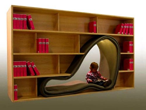 Bücheregal mit Sitznische