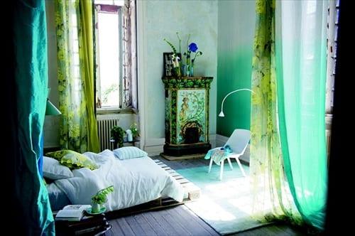 frische-schlafzimmer-gestaltung-mit-palettenbett-und-grünen-und-blauen-gardinen