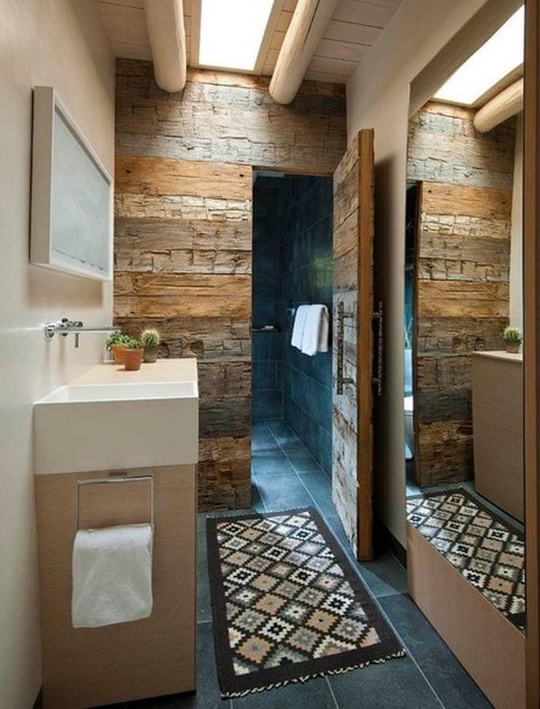 Bad mit Wand und Tür zur Dusche mit Holzverkleidung
