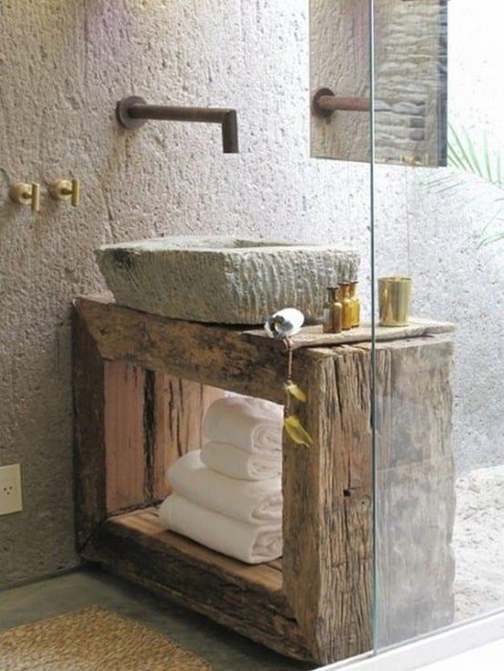 Holzeinrichtung fürs Bad mit hängendem Spiegel