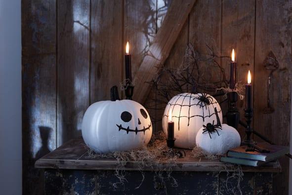 selbstgemachte gruselige Halloween-Kürbisekoration in weiß