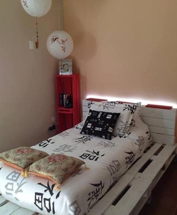 mobiles-palettenbett-mit-beleuchteter-ruckenlehne-in-weiß