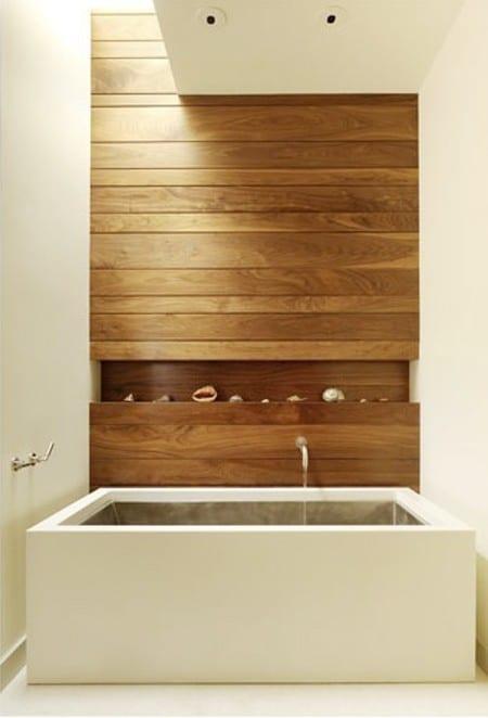 moderne Holzwandverkleidung aus Brettern und rechteckige Badewanne