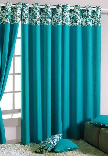 Wohneinrichtung mit weißem Tepich und blauen Gardinen