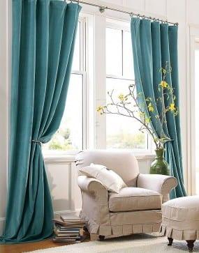 elegante Wohnraum Einrichtung mit Tepich und Sessel in weiß