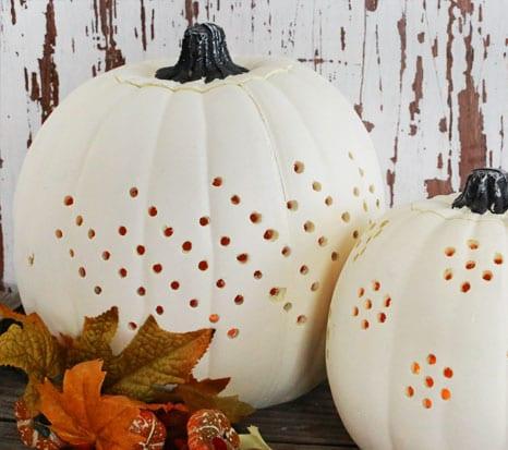 weiße dekorative Halloween-Kürbis mit Löchung