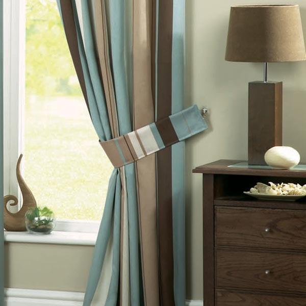 Einrichtung mit Lampe aus Holz und Vorhang in blau und braun