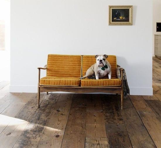 rustikaler Holzboden und weiße Wand