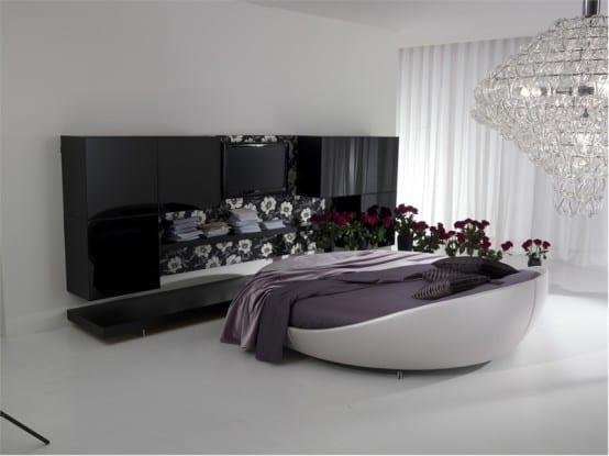 minimalistische Schlafzimmer-Einrichtung mit weißem Rundbett