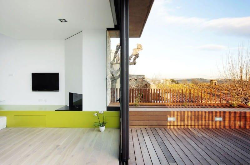 moderne Wohnzimmereinrichtung mit minimalistischem Kamin und Holzbodenbelag - Holzterrasse