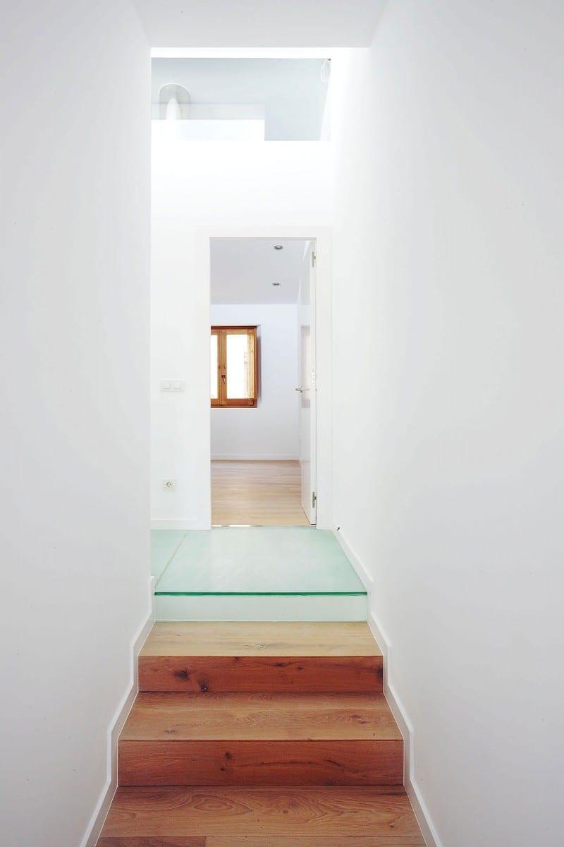 moderne Wohngestaltungsidee- weiße wände und holztreppe