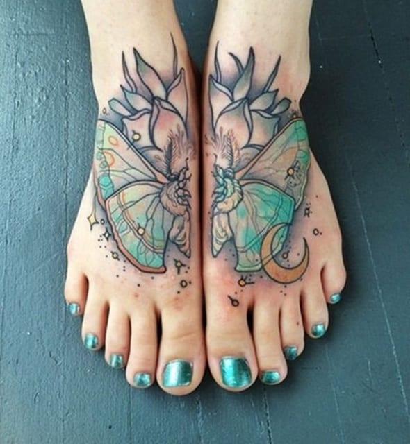 kreative tattoo idee für 2 füße- schmetterling tattoo
