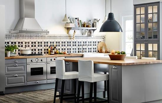 Küche in grau mit kochinsel und wandfließenmotiv