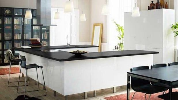 moderne küche in weiß mit schwarze Küchentheke in der Raummitte