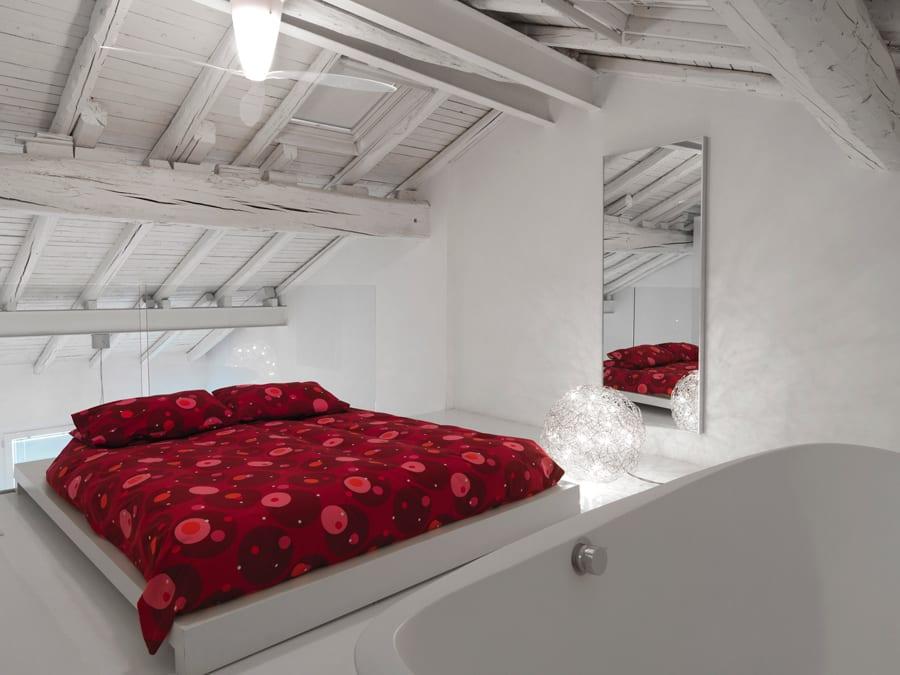 Schlafzimmer Einrichtungsidee- Gachgestaltung mit sichtbarer Holzkonstruktion in weiß gestrichen