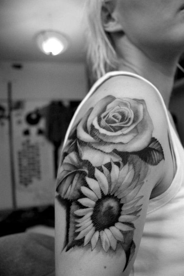 Frauen schultertattoo- Blumen Tattooideen